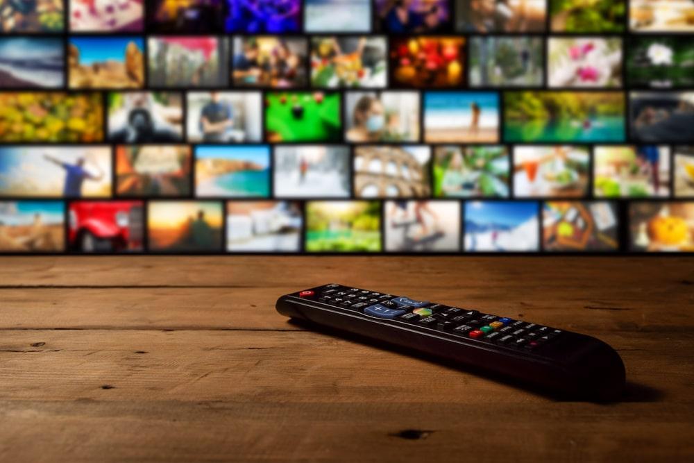 Un telecomando e una smart TV