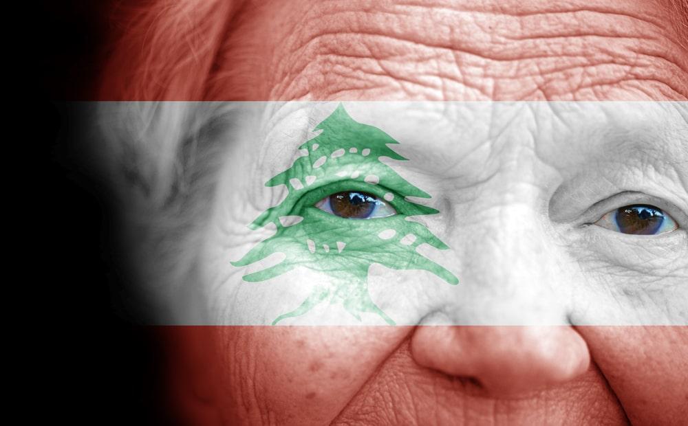 Donna anziana con bandiera del Libano
