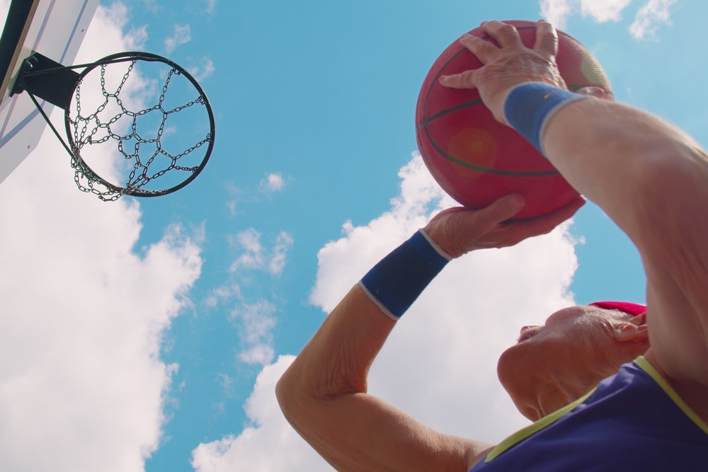 Senior che gioca a basket