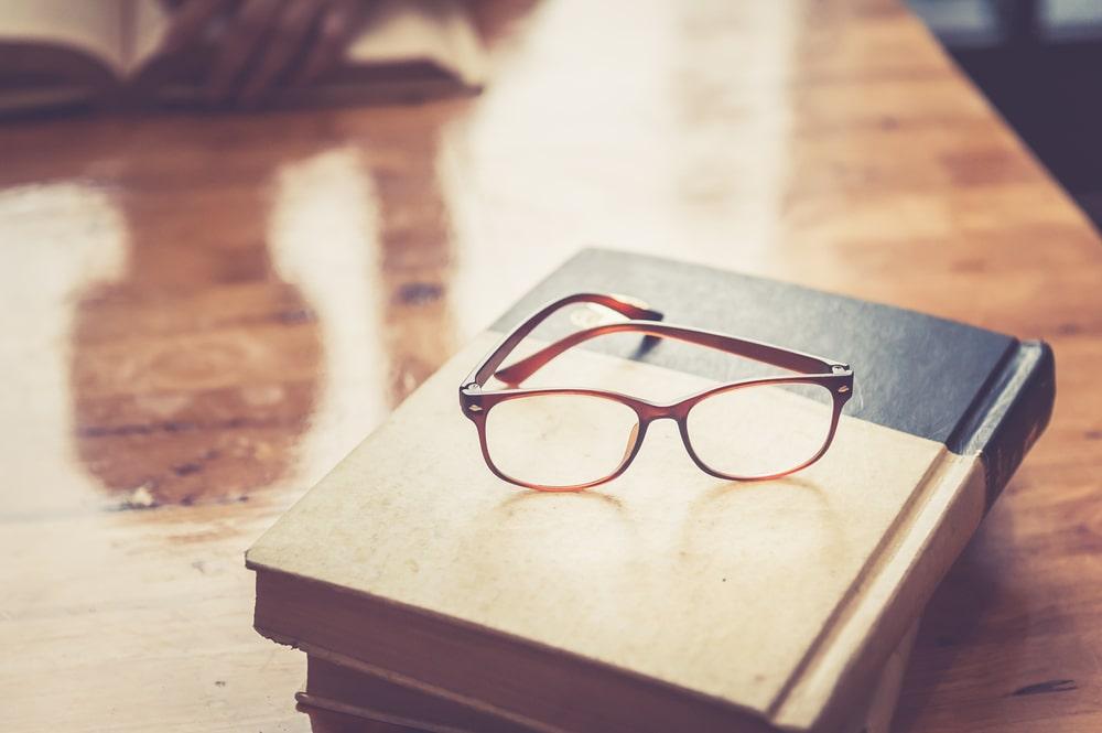 Occhiali su un libro