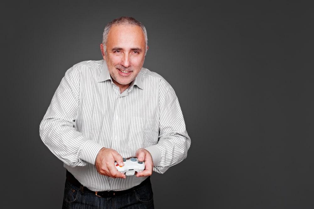 Senior con videogioco