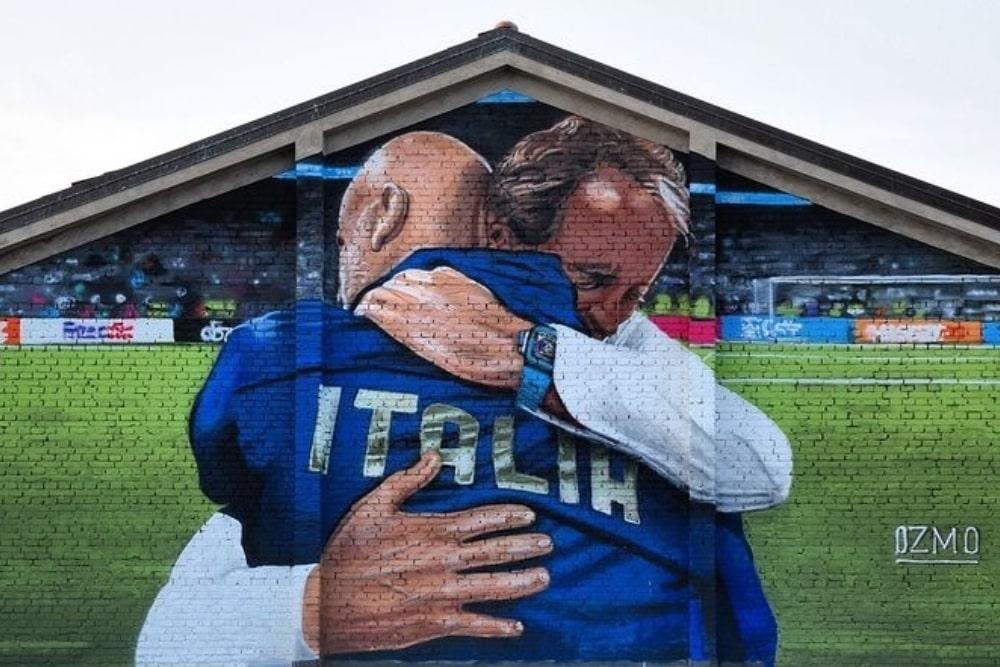 Il murales di Ozmo ritrae l'abbraccio tra Mancini e Vialli