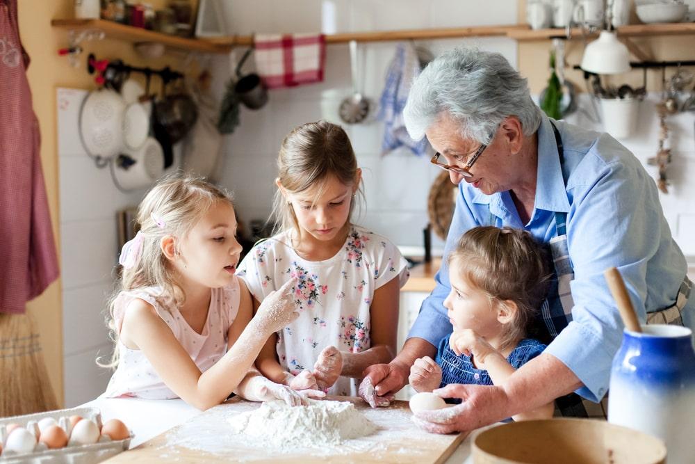 nonna con nipoti in cucina