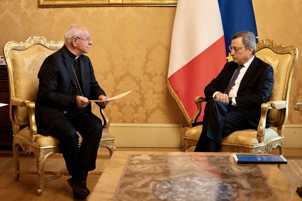 Mario Draghi e Monsignor Paglia durante la presentazione della Carta dei Diritti degli Anziani e dei Doveri della Società
