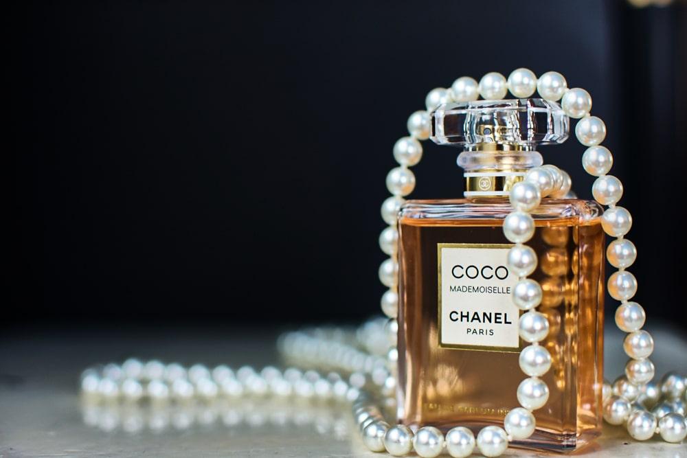 Una bottiglia di profumo Chanel n°5